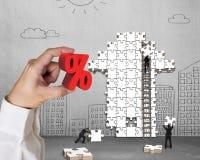 Het percentageteken van de handholding met zakenlieden die pijl bouwen puz Stock Foto's