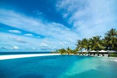 Het perfecte tropische strand en de pool van het eilandparadijs Stock Foto