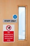 Het personeel ondertekent slechts bij laboratorium Stock Afbeelding