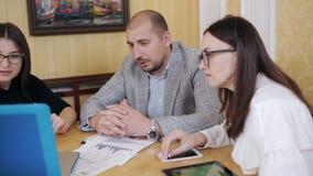 Het personeel op een vergadering in het bureau van de leider Bespreking van bedrijfskwesties in het bureau van de leider stock footage
