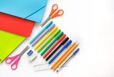 Het personeel van het de schoolbureau van schooldingen van tienervlakte legt potloden p stock afbeeldingen