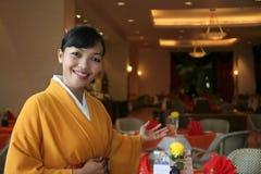 Het personeel van het restaurant in kimono Stock Afbeelding
