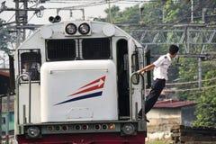 Het personeel van het treinbedrijf leidt het voortbewegingsomschakelingsproces Royalty-vrije Stock Afbeeldingen