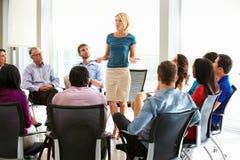 Het Personeelsvergadering van onderneemsteraddressing multi-cultural office Royalty-vrije Stock Foto