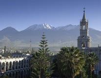 Het perspectief op de kerk in de bergstad royalty-vrije stock afbeelding