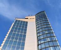 Het perspectief van de voorraadfoto en onderkant geweven achtergrond van modern glas buildin stock foto
