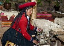 Het Peruviaanse vrouw weven Stock Afbeeldingen