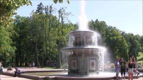 Het Petergof-fonteinpark, Roman fontein stock videobeelden