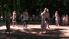 Het Petergof-interessantste vermaak van het fonteinpark stock video