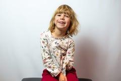 Het peuterportret van de meisjesstudio op schone achtergrond royalty-vrije stock afbeeldingen