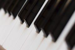 Het pianotoetsenbord sluit schuine standpositie stock afbeelding