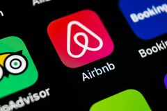 Het pictogram van de Airbnbtoepassing op Apple-iPhone X het schermclose-up Airbnbapp pictogram Airbnb Com is online website voor  Stock Foto's