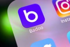 Het pictogram van de Badootoepassing op Apple-iPhone X het schermclose-up Badooapp pictogram Badoo is een online sociaal media ne Stock Afbeeldingen