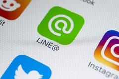 Het pictogram van de lijntoepassing op Apple-iPhone X het schermclose-up Lijnapp pictogram De lijn is een online sociaal media ne Stock Afbeelding