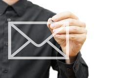 Het pictogram van de mensentekening e-mail op het virtuele scherm Contactinformatie Stock Foto's