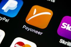 Het pictogram van de Payoneertoepassing op Apple-iPhone X het close-up van het smartphonescherm Payoneerapp pictogram Payoneer is Royalty-vrije Stock Fotografie