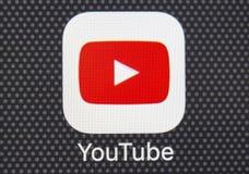 Het pictogram van de YouTubetoepassing op Apple-iPhone 8 het close-up van het smartphonescherm Youtubeapp pictogram YouTube bent  Royalty-vrije Stock Foto