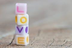 Het pictogram van het liefdesymbool op hout stock foto
