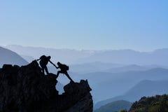 Het piek beklimmen rocks∑mit van hartstocht en strijd stock afbeelding