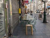 Het piepgeluid toont teken en koffielijsten aangaande rue Heilige Denis, Parijs royalty-vrije stock afbeeldingen