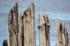 Het pijler houten dok met stenen royalty-vrije stock fotografie