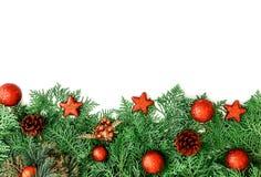 Het Pijnboomblad met rode ster en Kerstmisbaldecoratie op wh Royalty-vrije Stock Afbeeldingen