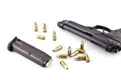 Het pistool & de kogels isoleren. Stock Foto's