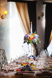 Het plaatsen bij huwelijksontvangst Werktuig, bestek en dishware op tafelkleed Royalty-vrije Stock Fotografie