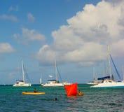 Het plaatsen van boeien voor een zwemmend ras in de baai van admiraliteit Stock Foto's