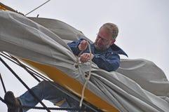 Het plaatsen van de zeeman zeil Stock Foto