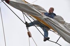 Het plaatsen van de zeeman zeil Royalty-vrije Stock Afbeeldingen