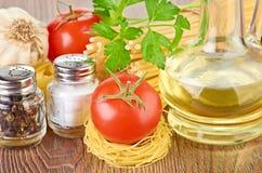 Het plaatsen van deegwaren met tomaat en knoflook Stock Fotografie