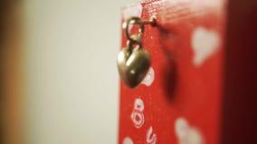 Het plaatsen van een magneet met een kleine harttegenhanger stock footage