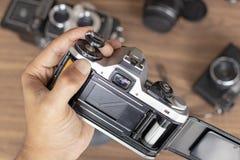 Het plaatsen van fotografisch broodje in een camera royalty-vrije stock foto