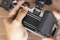 Het plaatsen van fotografisch broodje in een camera royalty-vrije stock fotografie