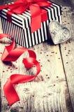 Het plaatsen van Valentine met giftdoos en retro hartdecoratie Stock Foto's
