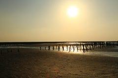 Het plaatsen van Zon glanst over Eenzaam Strand Stock Afbeelding