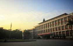 Het plaatsen van zon met het gebouw, geschikt als muurdocument, gouden zonlicht royalty-vrije stock fotografie