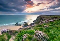 Het plaatsen van Zon op de Cornwall Kust Stock Foto's