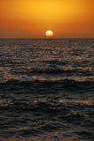 Het plaatsen van zon over de oceaan Stock Afbeelding