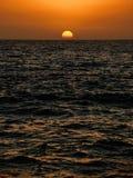 Het plaatsen van zon over de oceaan Royalty-vrije Stock Fotografie