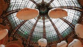 Het plafond van galeries Lafayette, Parijs stock videobeelden