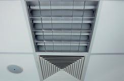 Het plafond van het bureau met lamp, ventilator en loudspeacker Stock Foto's