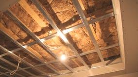 Het plafond van het metaalkader met isolatiewol stock video