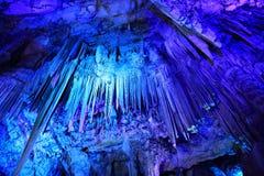 Het plafond van St Michaels hol in Gibraltar dat een serie van stalactieten & stalagmieten toont Stock Foto's