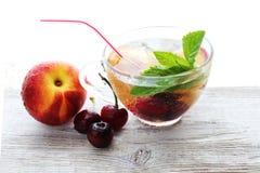 Het plan of het programma van het menudieet, een glas cocktailbessen, meetlint, domoren en de verse vruchten van het dieetvoedsel stock afbeelding
