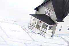 Het plan van de bouw met huis architecturaal model Stock Afbeeldingen