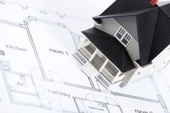 Het plan van de bouw met huis architecturaal model Royalty-vrije Stock Fotografie