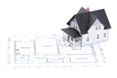 Het plan van de bouw met huismodel stock fotografie
