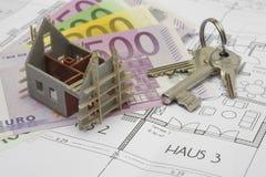 Het plan van de bouw met sleutels en geld stock foto